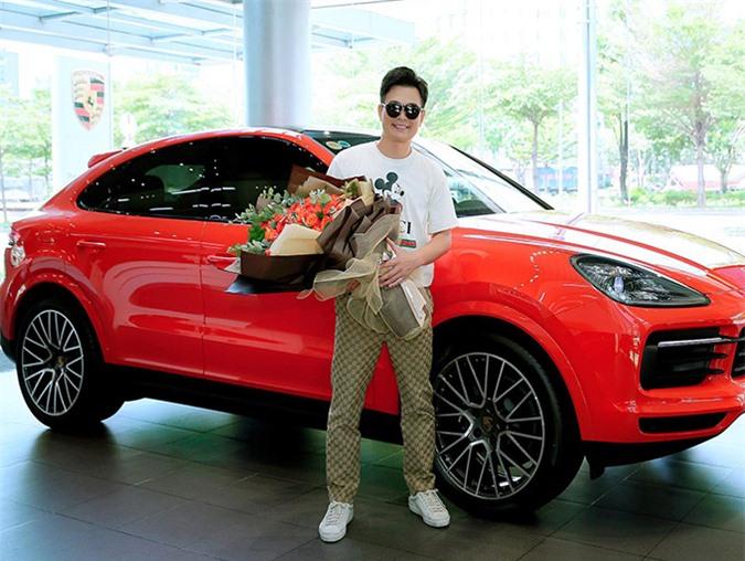 Đây là lần thứ 22 Lâm Hùng đổi xe hơi. Sau khi bỏ 7 tỷ đồng tậu chiếc bốn bánh mới, chàng ca sĩ cho biết nhiều khả năng phải thời gian lâu nữa anh mới có ý định đổi xe tiếp vì rất ưng ý với cô vợ hai này.