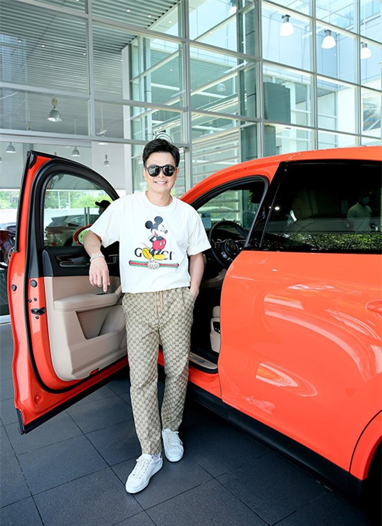 [Caption] Lâm Hùng cho biết, anh đã đổi xe tổng cộng 22 lần. Mỗi lần bán xe cũ để sắm xe mới, Lâm Hùng lại lỗ một khoản tiền không nhỏ nhưng anh vẫn không từ bỏ được đam mê thay xe liên tục.Lâm Hùng là một trong những tên tuổi đình đám của thế hệ nhạc trẻ những năm 2000, giọng ca của anh đặc biệt đắt show ở khu vực miền Tây Nam Bộ. Hàng loạt ca khúc HIT của Lâm Hùng được khán giả thuộc nằm lòng như: Hát cho một dòng sông, Ký túc xá chiều mưa, Người là niềm đau, Vô tình, Anh đã hiểu tình em, Mỗi người một quá khứ, Nghĩa mẹ, Đừng để em biết tôi dối gian, ... Chính vì vậy, chỉ trong khoảng thời gian ngắn, anh đã nhanh chóng tự mua được xế hộp và nhà riêng tại TP.HCM khiến nhiều người ngưỡng mộ.