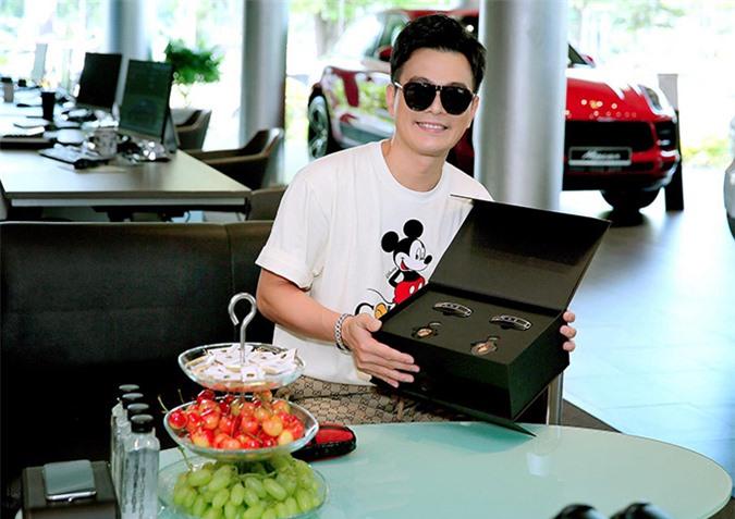 Lâm Hùng nhận phụ kiện và quà tặng đi kèm xe hơi mới.