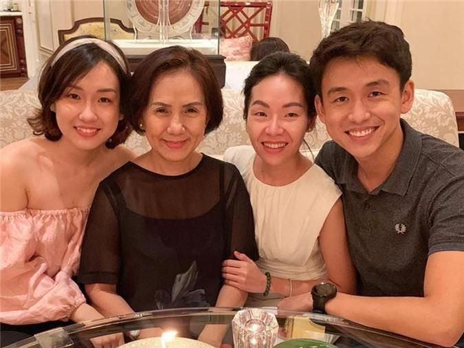 MC Quang Bảo chưa từng chia sẻ về mối quan hệ với bạn gái nhưng thỉnh thoảng đăng tải hình ảnh của cả hai. Tối 25/8, anh dẫn Thân Thục Quyên