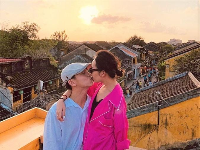 Quang Bảo lần đầu đăng tải hình ảnh bạn gái vào cuối tháng 2.