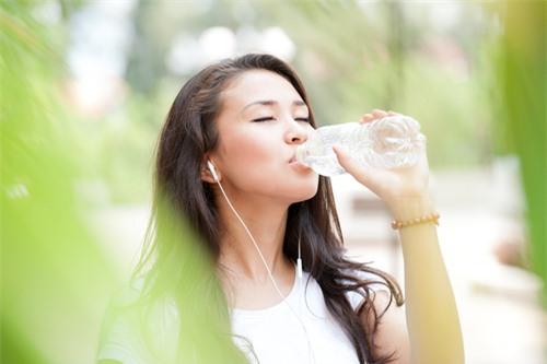 Uống nước gây hại cho gan thận