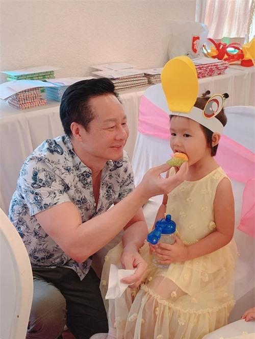 Chồng Phan Như Thảo chăm sóc con gái Bồ Câu.