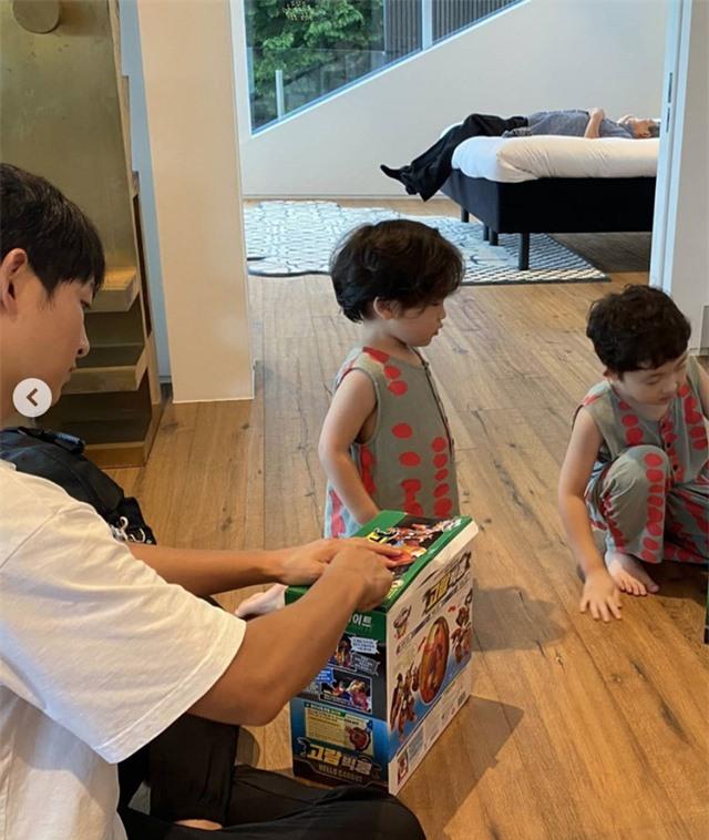 Song Joong Ki đi nghỉ cùng gia đình tại biệt thự hạng sang, 10 triệu won/đêm - Ảnh 1.