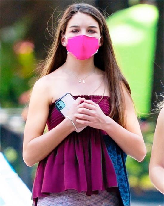 Con gái Katie Holmes thả mái tóc dài óng ả, che hờ đôi vai trần.