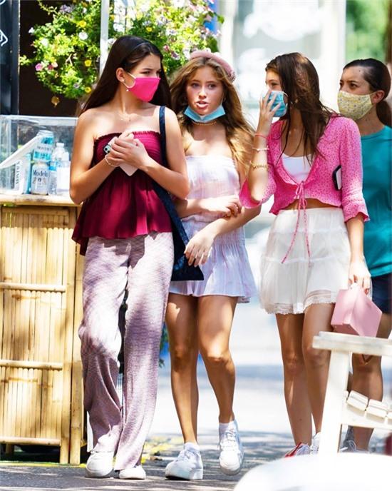 Phong cách thời trang và vẻ kiều diễm của Suri nổi bật giữa nhóm bạn.