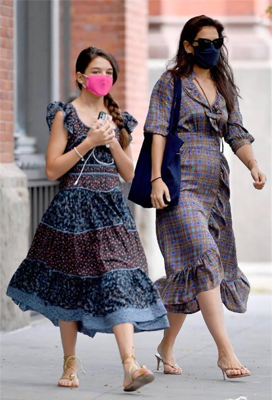 Suri và nữ diễn viên Katie Holmes được trông thấy mặc váy bôhêmiêng ton sur ton trên đường phố cuối tuần trước.