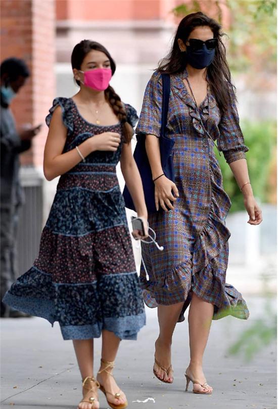 Hai mẹ con đeo khẩu trang cẩn thận giữa đợt dịch mới bùng phát ở New York.