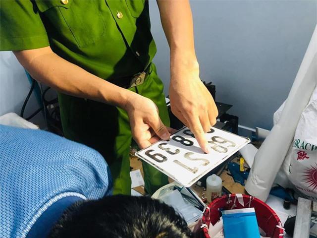 Triệt phá đường dây làm giấy tờ giả khủng từ con dấu, biển xe đến thẻ nhà báo - Ảnh 5.