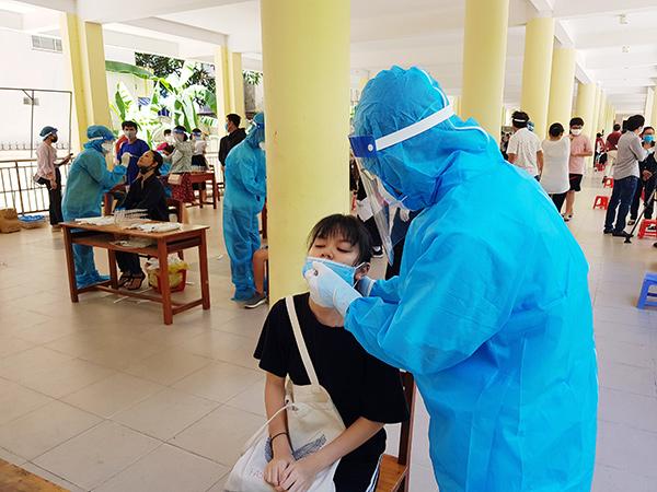 Tổ chức lấy mẫu xét nghiệm SARS-CoV-2 trong khuôn viên Trường THPT Trần Phú, Đà Nẵng
