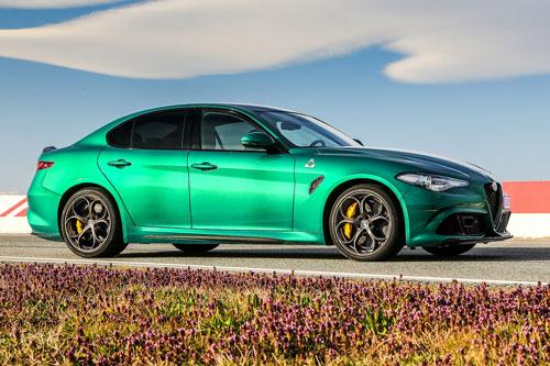 10. Alfa Romeo Giulia Quadrifoglio. Mẫu sedan thể thao của Alfa Romeo được cung cấp sức mạnh vởi động cơ V6 tăng áp kép dung tích 2,9 lít cho công suất 505 mã lực và mô-men xoắn 601 Nm. Hộp số tự động 8 cấp và hệ dẫn động cầu sau. Thời gian chạy nước rút từ 0-96 km/h trong 3,8 giây, tốc độ tối đa 307 km/h.