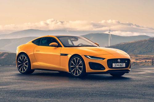 """2. Jaguar F-Type. """"Trái tim"""" của F-Type là động cơ V6 siêu nạp với dung tích 3 lít cho công suất 375 mã lực, mô-men xoắn cực đại 460 Nm. Hộp số tự động ZF 8 cấp kết hợp cùng hệ dẫn động AWD. Thời gian tăng tốc từ 0-96 km/h trong 4,8 giây, tốc độ tối đa 275 km/h."""