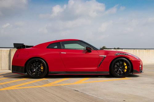 4. Nissan GT-R. Sức mạnh của GT-R đến từ động cơ V6 tăng áp kép dung tích 3,8 lít cho công suất lên tới 565 mã lực và mô-men xoắn 633 Nm. Hộp số ly hợp kép 6 cấp cùng hệ dẫn động AWD. Sức mạnh này giúp xe chỉ mất 2,7 giây để tăng tốc từ 0-96 km/h, tốc độ tối đa 322 km/h.