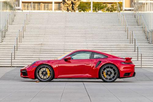 8. Porsche 911 Turbo. Động cơ boxer 6 xi lanh tăng áp kép dung tích 3,8 lít của 911 Turbo cho công suất tối đa 640 mã lực và 800 Nm mô-men xoắn. hộp số tự động ly hợp kép 8 cấp kết hợp cùng hệ dẫn động AWD. Xe chỉ mất 2,6 giây để tăng tốc từ 0-96 km/h, trước khi đạt vận tốc tối đa 330 km/h.