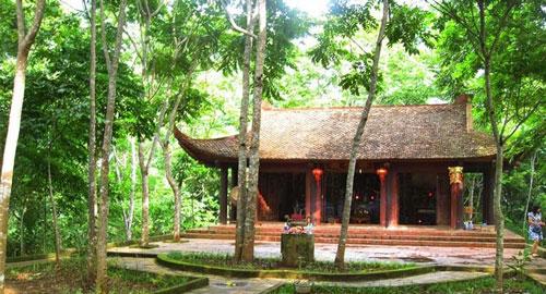Trên đảo ngọc xanh Ba Bể, đền cổ An Mã nằm dưới rừng cây cổ thụ hàng trăm năm tuổi.