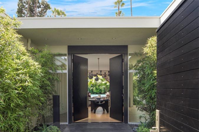 Vợ chồng Cindy Crawford mua biệt thự này với giá gần 12 triệu vào năm 2017 từ rocker Ryan Tedder - thủ lĩnh của ban nhạc OneRepublic. Họ đã sơn sửa một chút so với khi mua nhà và vừa rao bán với giá 16 triệu USD.