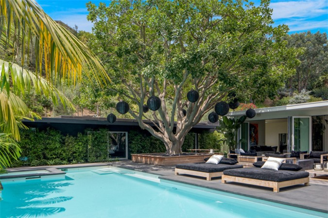 Nơi đây có không gian ngoài trời sang chảnh với bể bơi, patio và khu vườn rợp bóng mát.