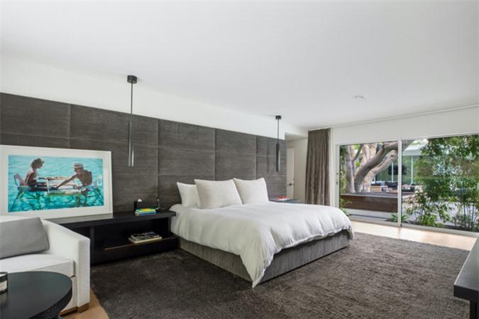 Ngôi nhà gồm 5 phòng ngủ, 6 phòng tắm. Các phòng đều được thiết kế theo phong cách tối giản, thanh lịch và có view ra vườn.