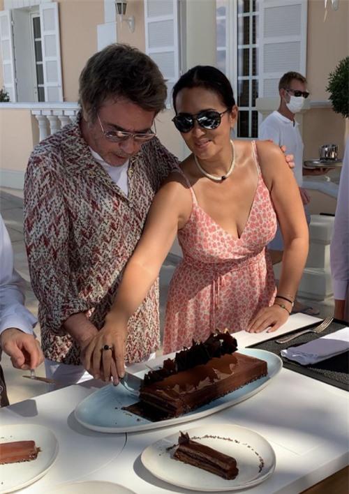 Củng Lợi cắt bánh sinh nhật với chồng hôm đầu tuần.