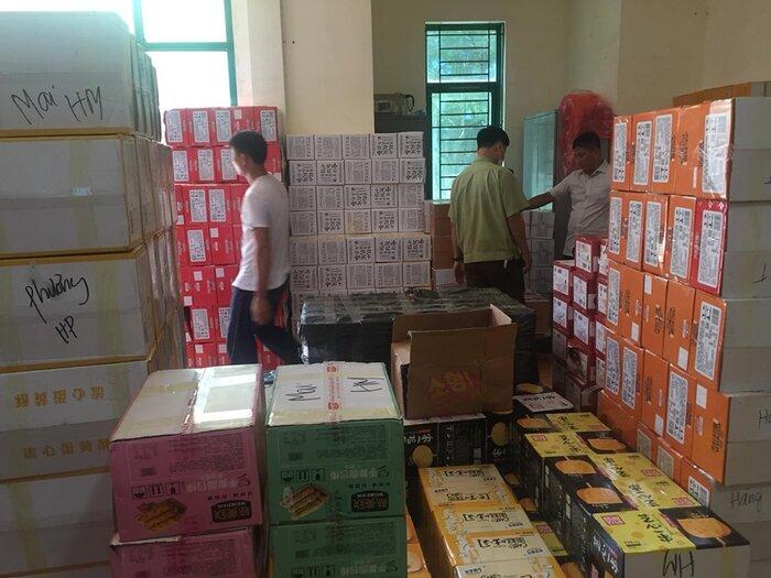 Hàng tấn bánh kéo, trà sữa phục vụ Trung thu đang được vận chuyển vào Hà Nội để tiêu thụ.