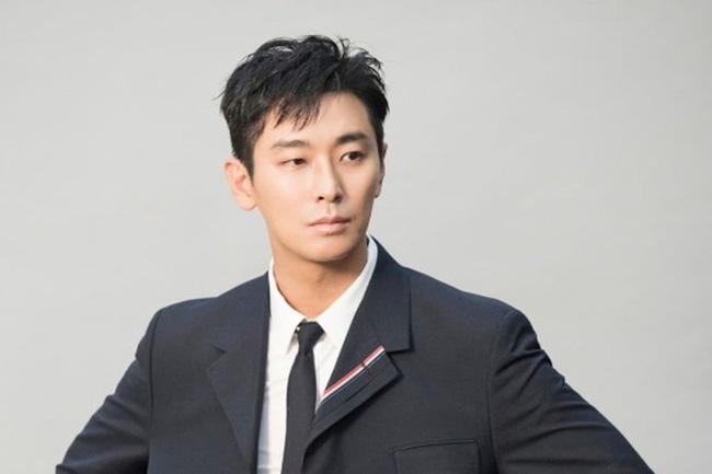 Joo Ji Hoon Sinh ngày 16/5/1982, nhiều người cho rằng vẻ điển trai của nam diễn viên khiến bộ phim truyền hình Kingdom bớt kinh hoàng hơn.