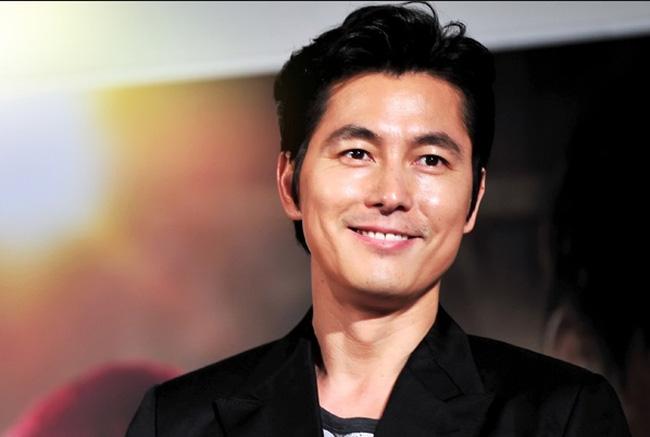 Jung Woo Sung sinh ngày 20/3/1973, dù đã bước sang tuổi 4,  song nam diễn viên chưa kết hôn và vẫn giữ được vẻ ngoài điển trai của mình.