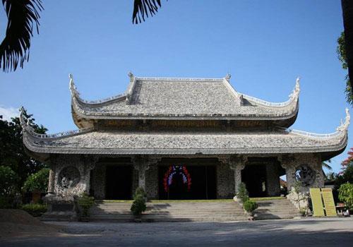 Chùa Thanh Lương được làm từ vật liệu chính là san hô biển và gáo dừa.