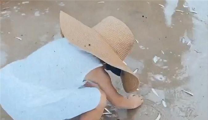 Tăng Thanh Hà thấy vui khi con trai thích thú các hoạt động ngoài trời vừa biết giúp đỡ ngư dân.