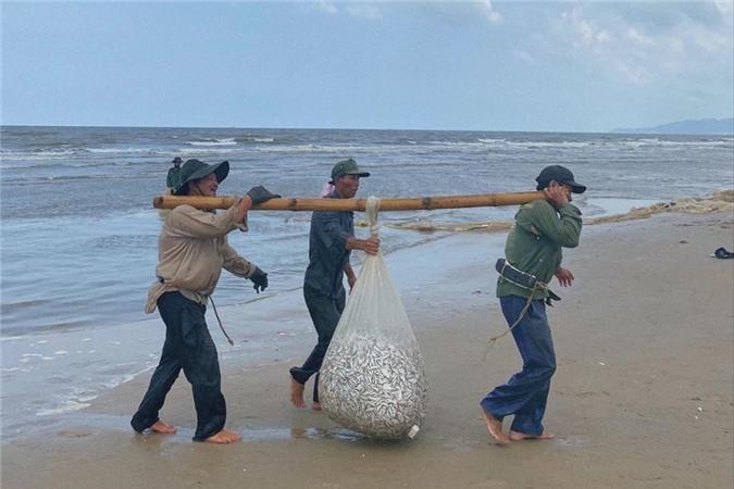 Cô Trúc ghi lại nhiều kỷ niệm trong dịp được trải nghiệm hoạt động đánh bắt cá.
