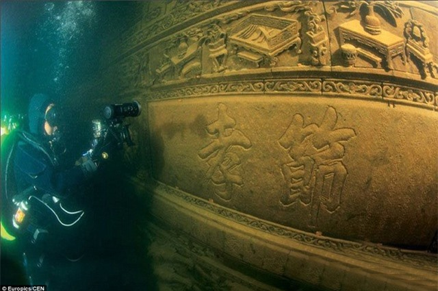 Các thợ lặn khám phá thành phố cổ