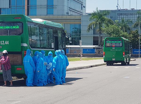Đoàn xe Mai Linh đón công dân Quảng Ngãi từ Đà Nẵng trở về địa phương (Ảnh: HC)