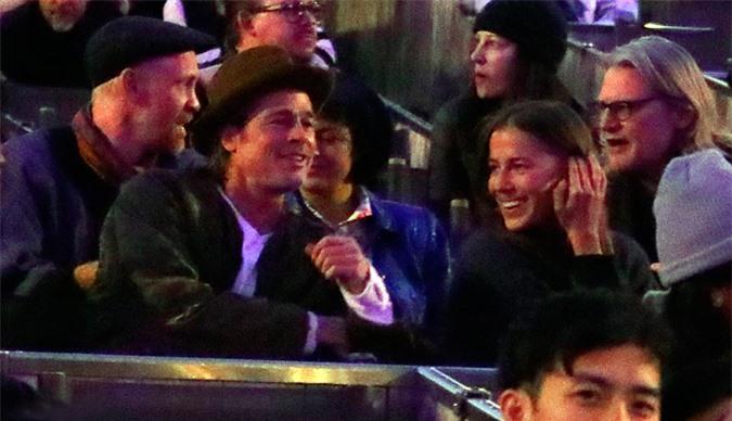 Brad Pitt ngồi bên Nicole Poturalski trong phòng VIP concert của Kanye West tại nhà hát Hollywood Bowl ở Los Angeles tháng 9 năm ngoái. Hai người không ngừng trò chuyện trong lúc chờ buổi biểu diễn bắt đầu. Brad Pitt vốn yêu thích âm nhạc của Kanye West và thân thiết với rapper 43 tuổi.