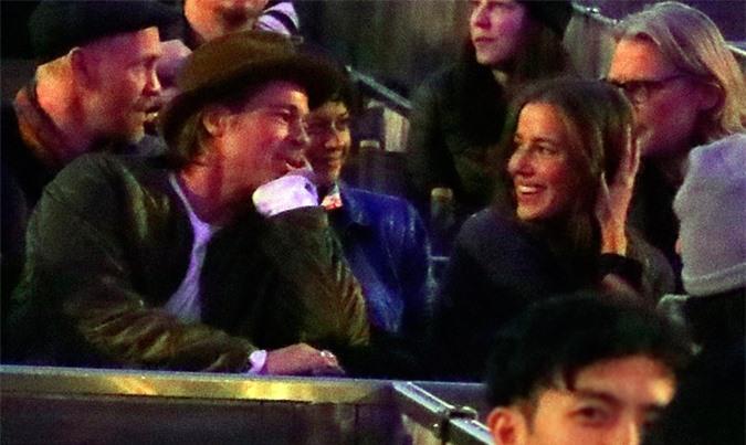 Chưa rõ đây là buổi đầu gặp gỡ hay một buổi hẹn hò của Brad Pitt với người đẹp 27 tuổi. Hai người dường như rất hợp nhau và thoải mái khi nói chuyện.
