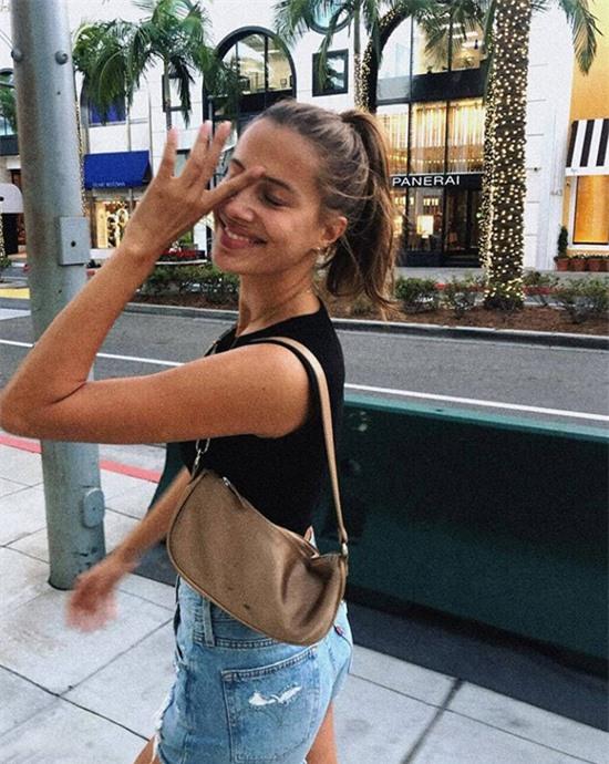 Tháng 2 năm nay, Nicole chia sẻ bức ảnh ở Beverly Hills, Los Angeles cùng dòng thổ lộ: Nhớ những buổi đi dạo cùng tình yêu của tôi. Người hâm mộ đồn đoán rằng cô đã hẹn hò Brad Pitt từ thời điểm đó.