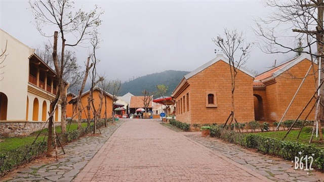 Làng mang đậm kiến trúc đời Trần với tường đất trình, mái ngói âm dương