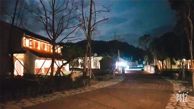 Ngôi làng đẹp lung linh về đêm