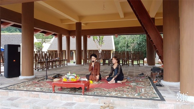 Du khách nghe hát quan họ, xẩm, trầu văn ngay dưới mái đình cổ kính tại làng hành hương
