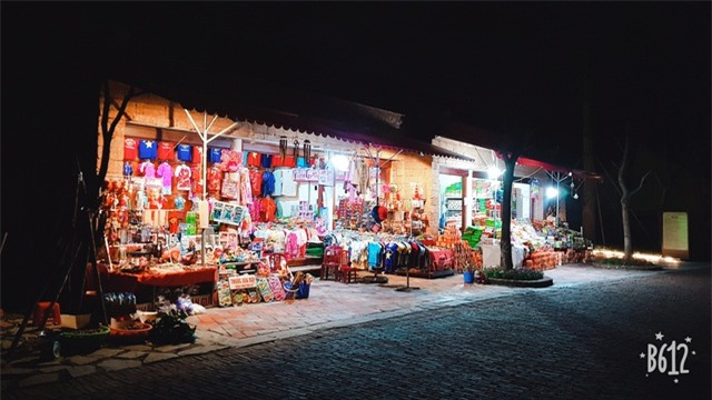 Thoải mái mua sắm các sản vật địa phương tại các cửa hàng