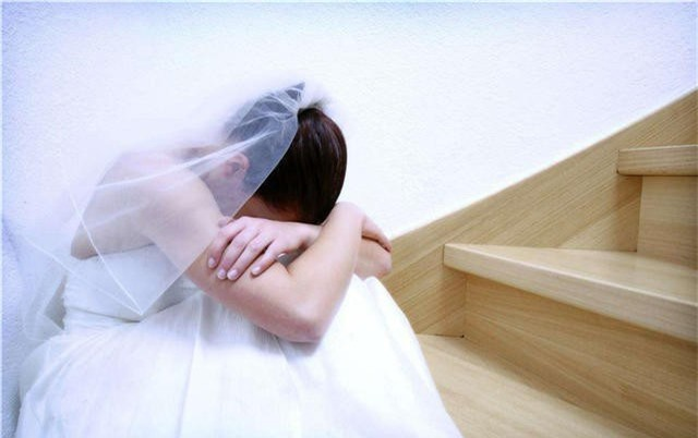 Đám tiệc kết thúc, tôi vừa trút xuống chiếc váy cưới đắt tiền thì mẹ chồng đột ngột đẩy cửa vào, lời bà thốt ra mới khiến tôi uất nghẹn - Ảnh 1.