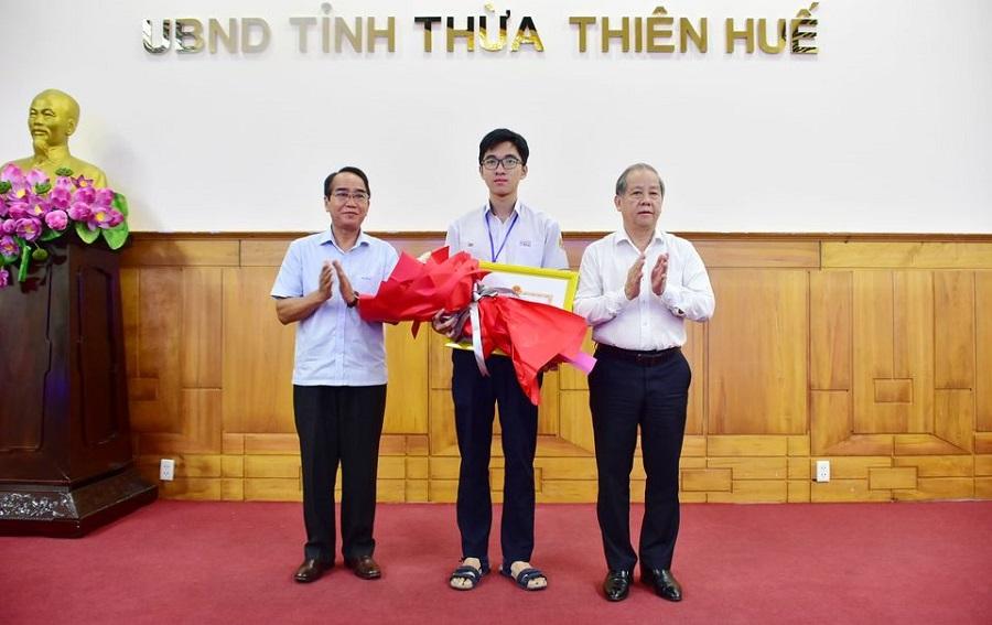 Lãnh đạo tỉnh Thừa Thiên Huế tặng Bằng khen và phần thưởng xứng đáng cho em Hồ Việt Đức.