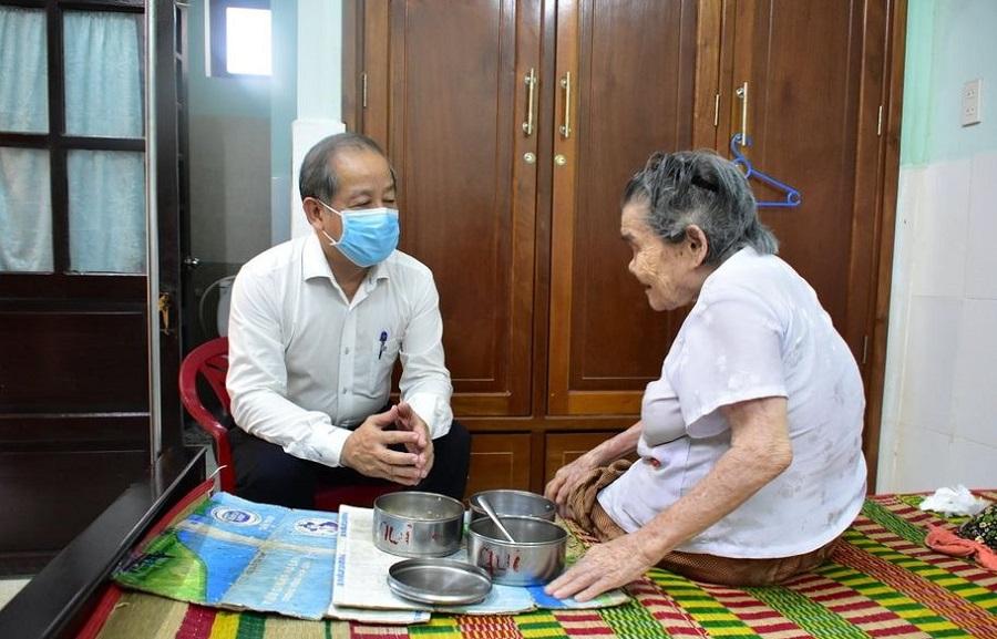 Chủ tịch UBND tỉnh Thừa Thiên Huế Phan Ngọc Thọ thăm hỏi các mẹ tại Trung tâm Điều dưỡng chăm sóc người có công.