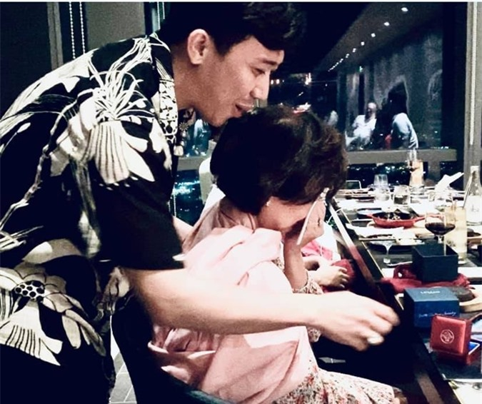 Mẹ của Trấn Thành bật khóc khi được con trai tặng nhẫn theo kiểu cầu hôn.