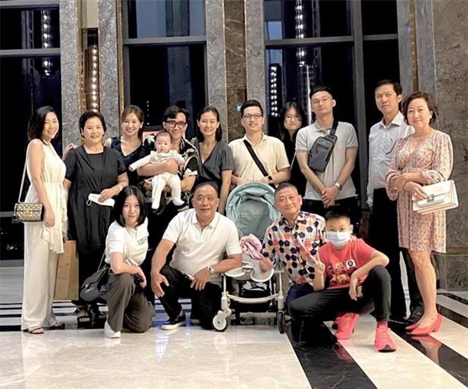 Trấn Thành - Hari Won sum họp cùng gia đình.