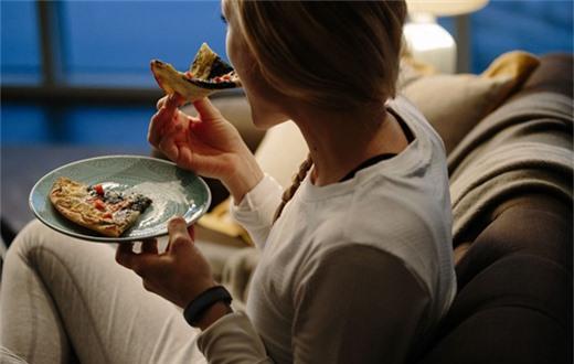 Ăn vặt vào ban đêm không hề tốt cho sức khỏe nói chung và thận nói riêng.