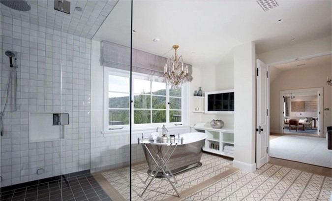 Phòng tắm lớn với bồn tắm kiểu spa, đèn trùm bên trên tạo không gian lãng mạn, quyến rũ.