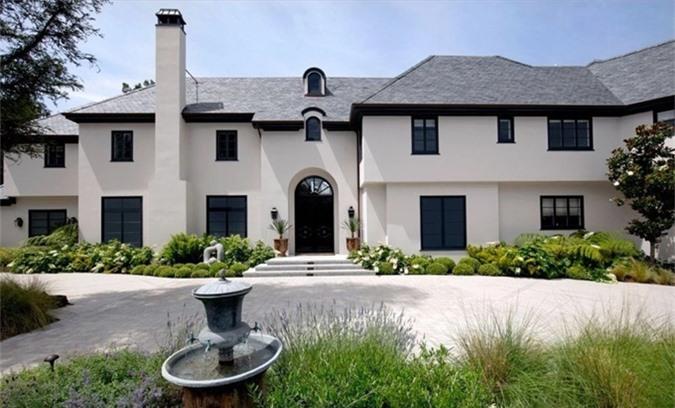 Biệt thự này từng được rao bán với giá 42 triệu USD sau khi công ty bất động sản có trụ sở tại Dubai đổ hàng triệu USD sửa sang lại. Tuy nhiên Justin Bieber đã thương thảo được với giá 25,8 triệu USD (gần 600 tỷ đồng).