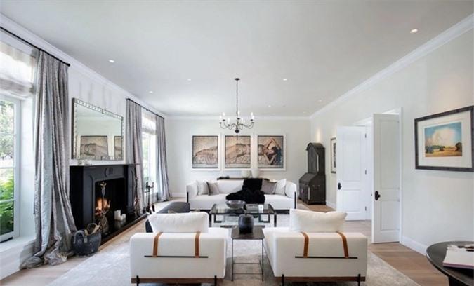 Phòng khách có thiết kế đơn giản mà sang trọng.
