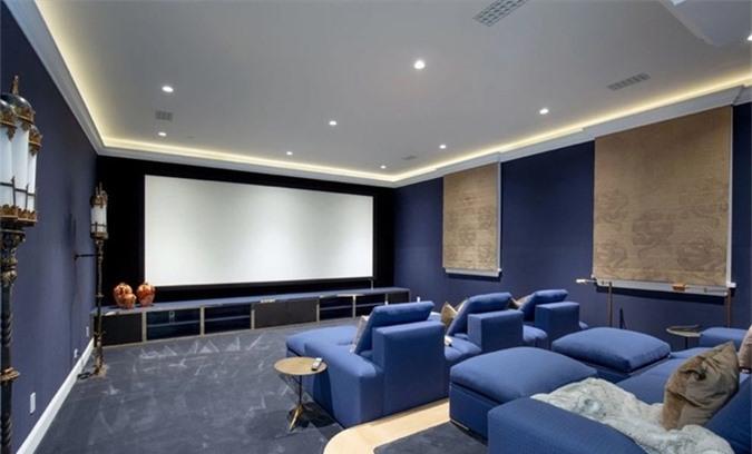 Các không gian xa hoa khác bao gồm rạp chiếu phim cách âm với ghế sofa được bọc bằng vải nỉ màu xanh coban, phòng tập gym, phòng thay đồ...