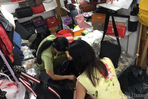 Một cửa hàng kinh doanh túi xách kèm bán hàng qua mạng bị phát hiện nhiều sản phẩm gian lận xuất xứ và xâm phạm quyền sở hữu trí tuệ ở TP. Hồ Chí Minh.