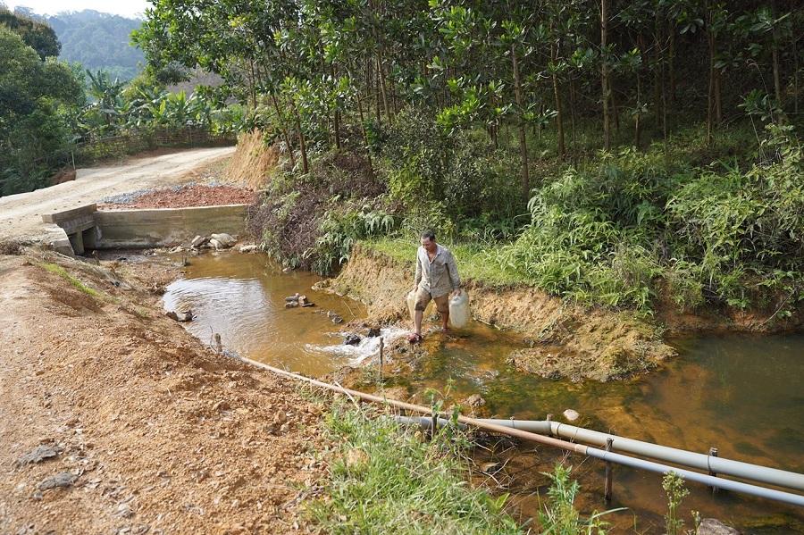 Vào mùa khô hạn, nhiều nơi ở vùng đất khát miền Trung, người dân phải đi lấy nước từ ao hồ, sông suối về để sinh hoạt.